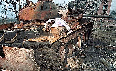 Сгоревший Т-62 внутренних войск после боев в Грозном во время второй чеченсккой кампании