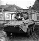 «БТР-80 подполковника С. Смолкина с талисманом в виде чучела рыси на башне. Машина активно использовалась на всем протяжении боев за Грозный. Январь 1995 г.» (фото В. Рубцова).