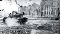 Эвакуация башни БМП-3, сорванной и взорвавшейся при попадании снаряда в корпус машины, с помощью БТС на СППМ группы «Север» из грозненского больничного комплекса. Январь 1995 г., г. Грозный. (Фото А. Кунилова из архива музея «Шурави»)