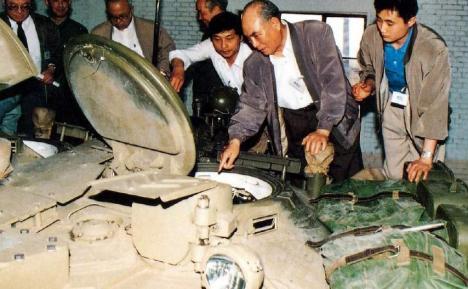 Китайские специалисты изучают танк Т-80У